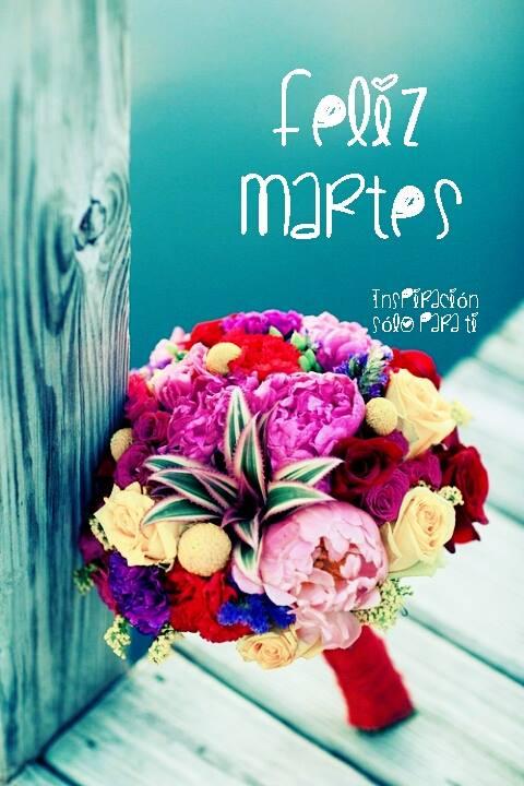 feliz martes con ramo de flores hermoso